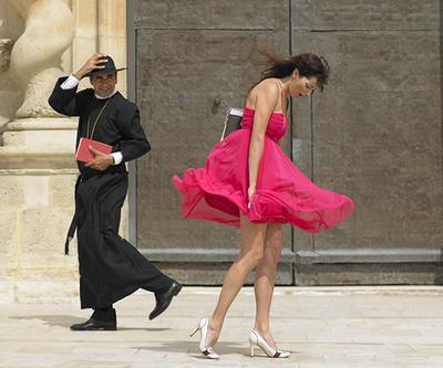 Ветер задрал платье